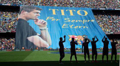 La grada dle Camp Nou homenejea a Tito Vilanova antes de empezar el partido.