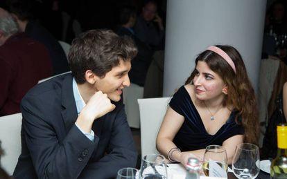 Dorsa Berakhshani habla con otro participante durante la cena inaugugral del torneo de Gibraltar
