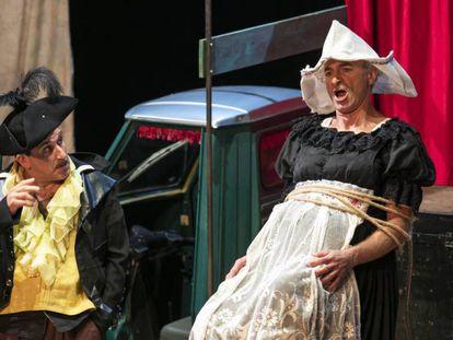 En foto, Adrian Schvarzstein (Faccenda) y Dietrich Henschel (Tracollo), en un momento de la extraordinaria representación de 'Il ciarlatano' de Pergolesi. En vídeo, vídeo promocional de la primera noche del festival.