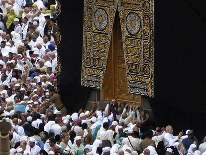 Peregrinos musulmanes rezan junto a la Kaaba, en La Meca, este lunes. En vídeo, declaraciones del portavoz del ministerio de Sanidad de Arabia Saudí, Mohammed Alabdulali.