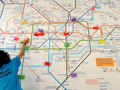 Un voluntario observa el mapa de Londres durante un taller del Fuse Arts festival.