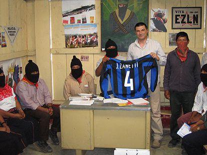 Un grupo de zapatistas muestra la camiseta  de Zanetti, que sujeta el enviado del Inter, Bruno Bartolozzi.