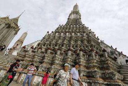 Un grupo de turistas visitan el Templo del Amanecer, en Bangkok (Tailandia). EFE/Archivo