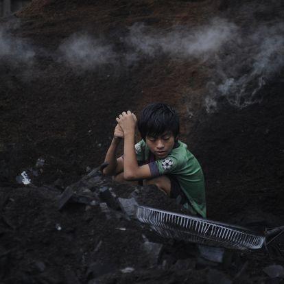 Las familias del vertedero de Pucallpa, en el corazón del Amazonas, trabajan buscando entre la basura para reciclar y sobrevivir. Los niños también tienen que ayudar.