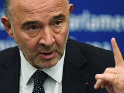 El comisario europeo de Asuntos Económicos, Pierre Moscovici, durante una rueda de prensa en Estrasburgo el día 23. En vídeo, el momento en el que un eurodiputado italiano pisotea los papeles de Moscovici.