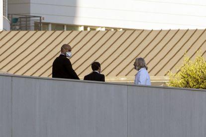 Macron, de espaldas, junto al doctor Raoult (derecha), el jueves en Marsella