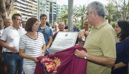 Los familiares de Miquel Grau en el homenaje del Ayuntamiento de Alicante.