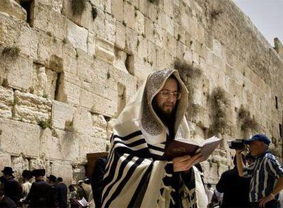 Un judío ultraortodoxo reza ante el Muro de las Lamentaciones en Jerusalén.