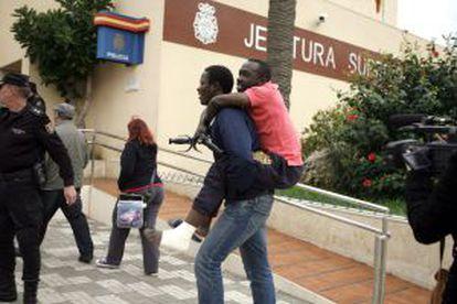 Dos de los 150 inmigrantes que lograron entrar este lunes en Melilla.