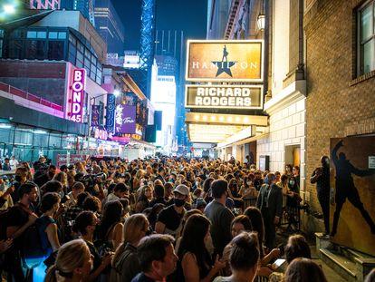 Público a las puertas del teatro Richard Rogers, el pasado martes tras la primera función del musical 'Hamilton' después de un año y medio de parón por la pandemia.