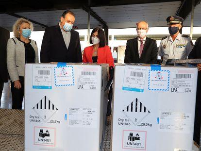 Llegada de vacunas de Pfizer a España, el 12 de abril. La ministra de Sanidad, Carolina Darias (en el centro), y el consejero de Sanidad del Gobierno de Canarias, Blas Trujillo (tercero por la izquierda), asistieron a la descarga en el aeropuerto de Gran Canaria.