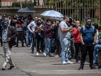 Una larga fila afuera de un almacén en Bogotá durante el primer día sin IVA en Colombia.