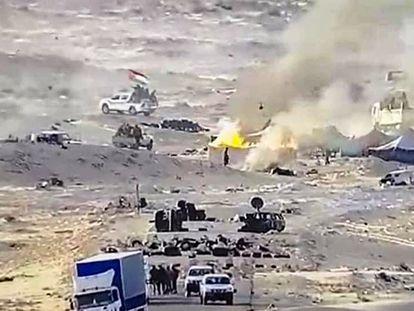 Fuerzas del Frente Polisario prenden fuego el 13 de noviembre de 2020 a tiendas de campaña situadas en El Guerguerat, después de que el Ejército marroquí disolviera una protesta de civiles saharauis que bloqueaban la carretera hacia Mauritania.