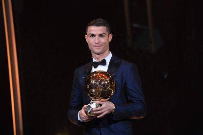 Cristiano Ronaldo posa con su quinto Balón de Oro.