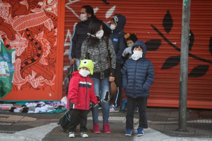 Una familia, cerca a una estación de metro este lunes, en São Paulo (Brasil).