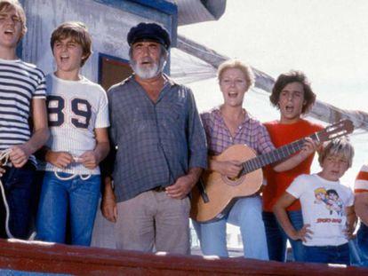 Algunos de los protagonistas de 'Verano azul', en el barco de Chanquete.