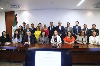 El líder de VOX, Santiago Abascal, posa para una fotografía en el Senado de México con políticos del PAN.