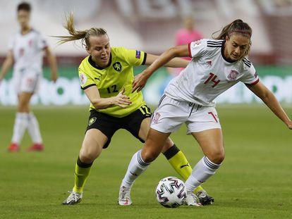 Alexia Putellas protege el balón ante la jugadora de la República Checa Klara Caynova este viernes en el estadio de La Cartuja.