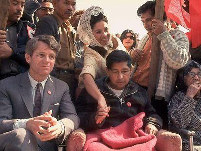 El activista chicano César Chávez, junto a Bobby Kennedy, después de una huelga de hambre en 1968.