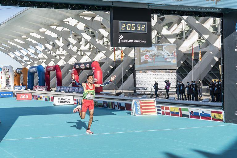 Ayad Lamdassem logra el récord de España de maratón el 6 de diciembre en Valencia.