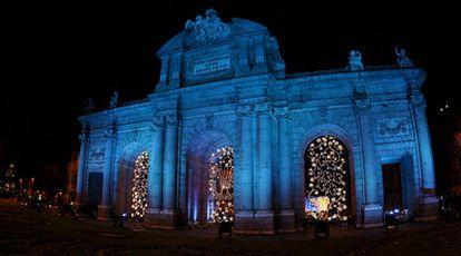 La Puerta de Alcalá, iluminada con el color de la bandera de la UE.