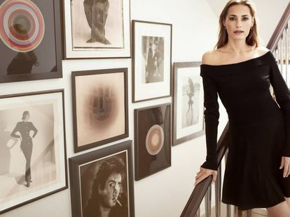 La modelo Yasmin Le Bon en su casa de Londres, entre fotos antiguas suyas y de su marido.