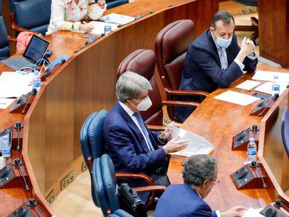 El consejero de Sanidad, Enrique Ruiz Escudero, y el de Políticas Sociales, Alberto Reyero, en la Asamblea el 18 de junio.