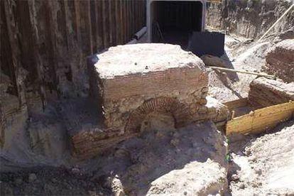 Una de las pilas de la vieja puente toledana encontradas durante la construcción de un colector, que se aprecia en la parte superior de la imagen.