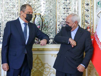 El ministro de Exteriores de Irán, Mohammad Javad Zarif (derecha), y su homólogo ruso, Serguéi Lavrov, este martes en Teherán.