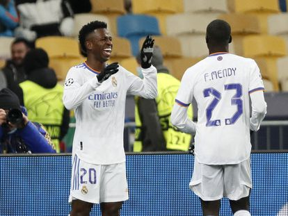 Vinicius celebra su segundo gol al Shakhtar con Mendy.