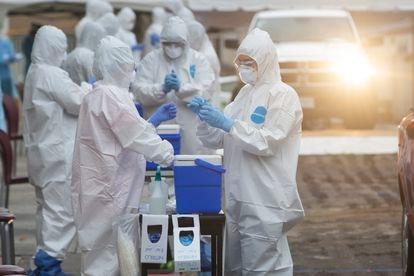 Personal de salud toma muestras para la detección de covid-19 en la ciudad de Guadalajara, en mayo de 2020.