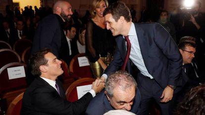 Albert Rivera y Pablo Casado se saludan durante un acto. / J. C. HIDALGO (EFE)