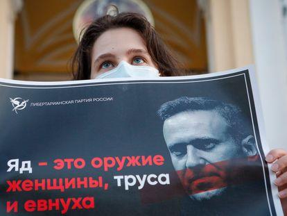 Una mujer sostiene un cartel de apoyo al opositor ruso Alexéi Navalni, el 20 de agosto en San Petersburgo.