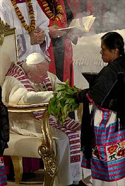"""Una india mexicana realiza un """"ritual de limpieza"""" durante la ceremonia de beatificación."""
