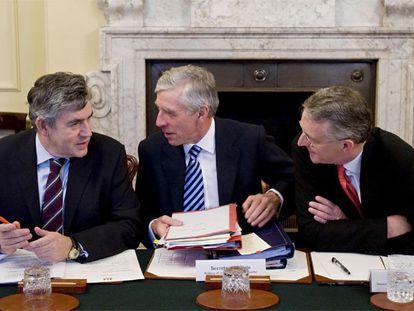 De izquierda a derecha, Gordon Brown y los ministros de Justicia, Jack Straw, y Medio Ambiente, Hilary Benn, en una reunión del Gobierno.