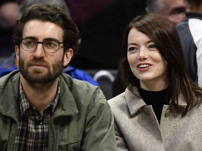 Dave McCary y Emma Stone en un partido de baloncesto, en enero en Los Ángeles (California).