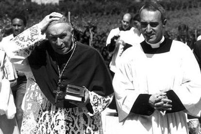 El obispo Marcel Lefebvre (izquierda), en Ecône (Suiza), en 1988.