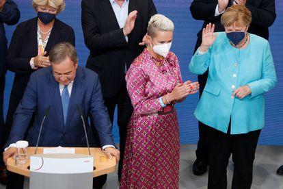 El candidato de la CDU, Armin Laschet (izquierda), y la canciller Angela Merkel (derecha), este domingo en Berlín.