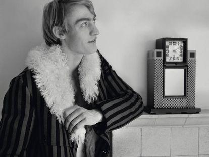 El modelo posa con la ropa que Jonathan Anderson ha diseñado para Loewe en homenaje a Charles Rennie Mackintosh.