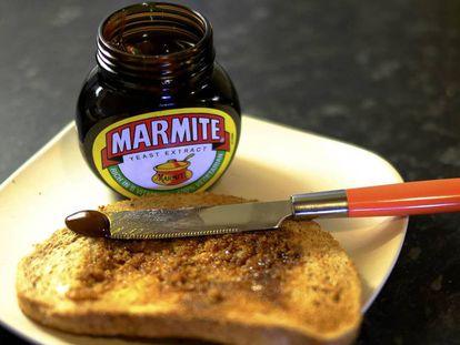 Una tostada junto a un bote de Marmite.