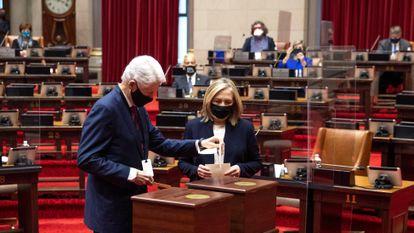 La excandidata presidencial Hillary Clinton y su marido, el expresidente Bill Clinton, mientras depositan su voto como delegados del Colegio Electoral de Nueva York.
