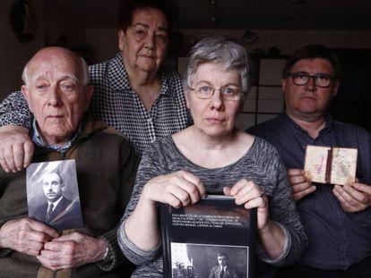 Manuel Lapeña, primero por la izquierda, sostiene una fotografía de su padre junto a otros familiares en su casa de Zaragoza, en 2016.
