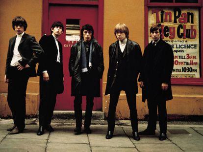 De izquierda a derecha: Mick Jagger, Keith Richards, Bill Wyman, Brian Jones y Charlie Watts.