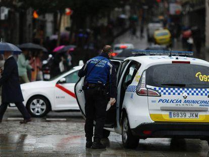 Un coche patrulla de la Policía Municipal, ayer en la Puerta del Sol. En vídeo, declaraciones de Noelia Vera, portavoz del Consejo de Coordinación de Podemos.