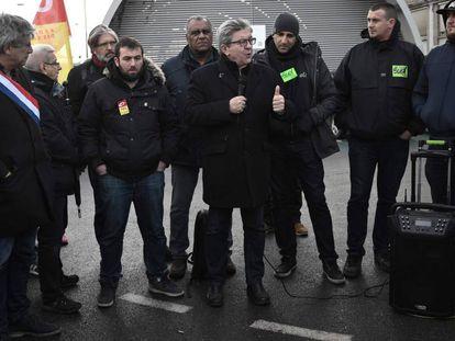 El líder izquierdista Jean-Luc Mélenchon habla a un grupo de ferroviarios en huelga en París