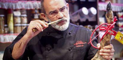 Alberto López huele una cala de jamón.