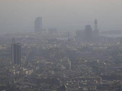La ciudad de Barcelona bajo una espesa capa de contaminación atmosférica en 2017