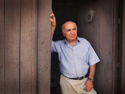 El poeta Francisco Brines, en su casa de Oliva, el 17 de julio de 2003.