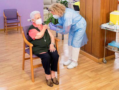 Araceli Hidalgo, de 96 años, recibe la segunda dosis de la vacuna contra la covid-19, este lunes en Guadalajara.