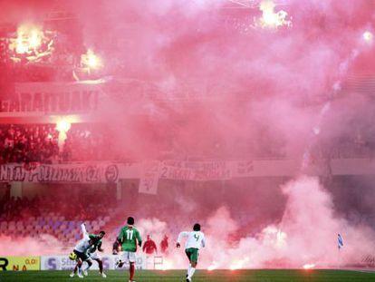 Euskadi y Bolivia juegan entre el humo de las bengalas.